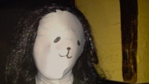 猫顔で色白の女性